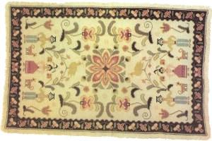 Tapete de Arraiolos com motivos florais