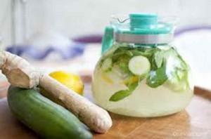 Agua de limão com pepino e hortela