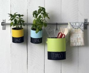 Porta utensílios de cozinha feitos com latas